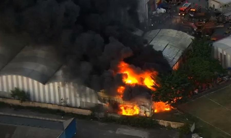 Artista tranquiliza familiares de parintinenses após incêndio em barracão de escolas de samba em SP