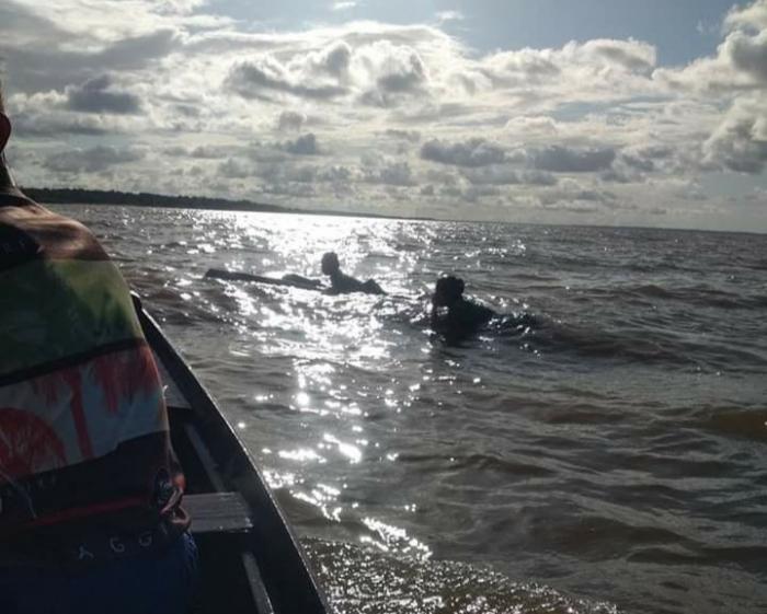 Canoa alaga próximo a Barreirinha-AM com mulher e criança