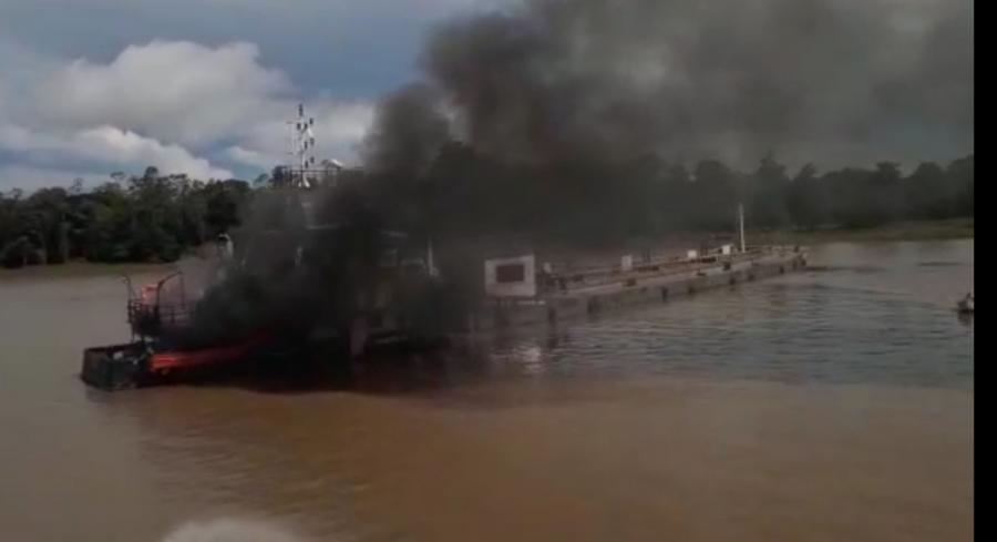 EXCLUSIVO: Empurrador pega fogo e tripulante se joga no Rio Amazonas em ato de desespero