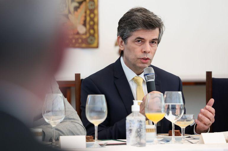Ministro da saúde Nelson Teich pede demissão após ser desautorizado por Bolsonaro