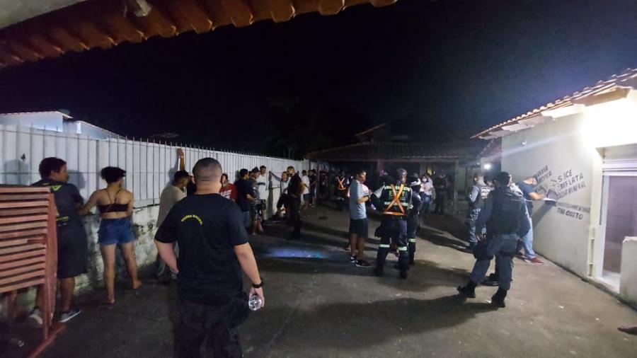 Autoridades de Parintins flagram festa clandestina regada a álcool e drogas com presença de menores