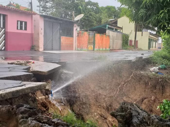 VÍDEOS: Trecho de rua na orla de Parintins desaba durante o temporal na madrugada