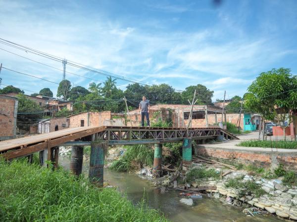Na comunidade Fazendinha, vereador Jander Lobato viabiliza reforma de ponte de madeira em Manaus